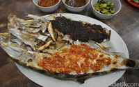 Ikan sukang bakar berukuran besar dengan paduan bumbu rica dan parape.