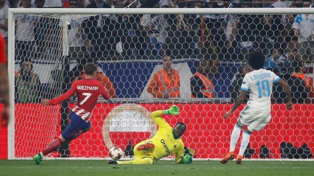 Antoine Griezmann berhasil mengecoh kiper Marseille Mandanda.