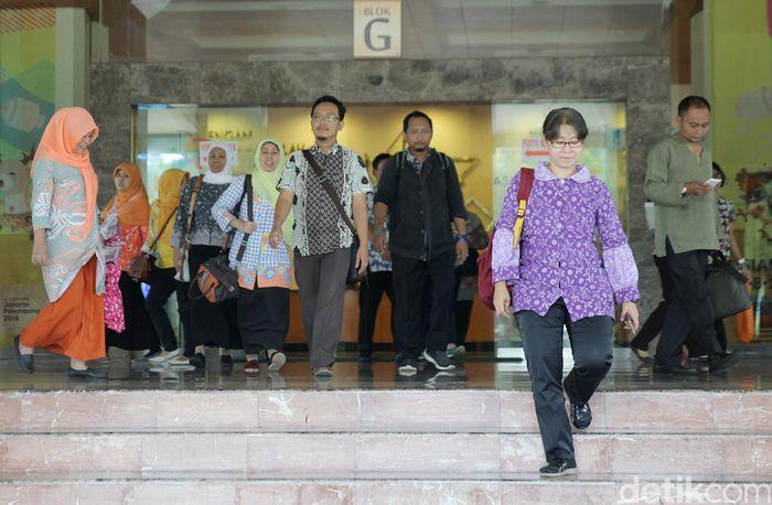 Dalam keputusan yang ditandatangani Gubernur DKI Jakarta Anies Baswedan pada 27 April 2018 itu disebutkan, jam kerja untuk hari Senin hingga Kamis dimulai pada pukul 7.00 WIB dan selesai pukul 14.00 WIB. Untuk hari Jumat, jam kerja dimulai pada pukul 7.00 WIB dan selesai pukul 14.30 WIB.