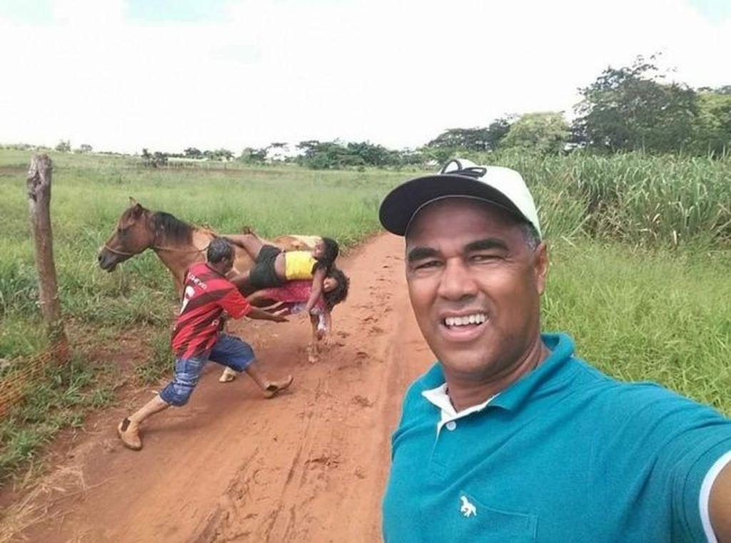 Selfie di saat wanita di belakangnya mau terjatuh dari kuda. (Foto: goodfullness)