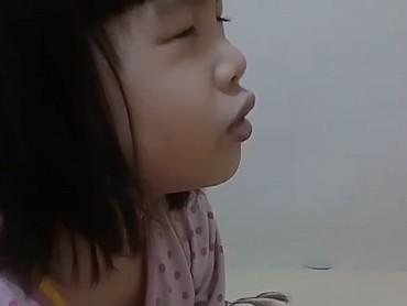 Tuh, kurang serius apa lagi gadis cilik yang satu ini ketika berdoa? He-he-he. (Foto: Instagram/@esterrieske)