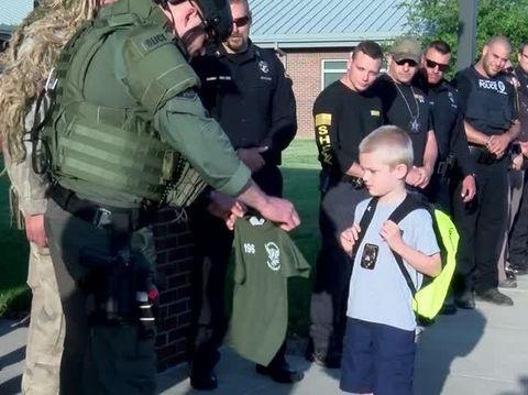 Dakota Pitts diantar 70 polisi ke sekolah