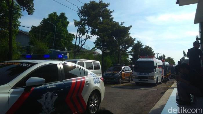 Ambulans pembawa jenazah mendapat pengawalan (Foto: Hilda Meilisa Rinanda)