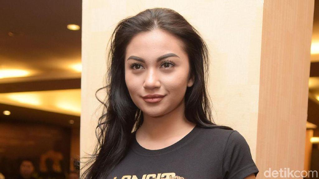 Pamer Endorse Sepatu, Jeans Robek Ariel Tatum Malah Bikin Gagal Fokus