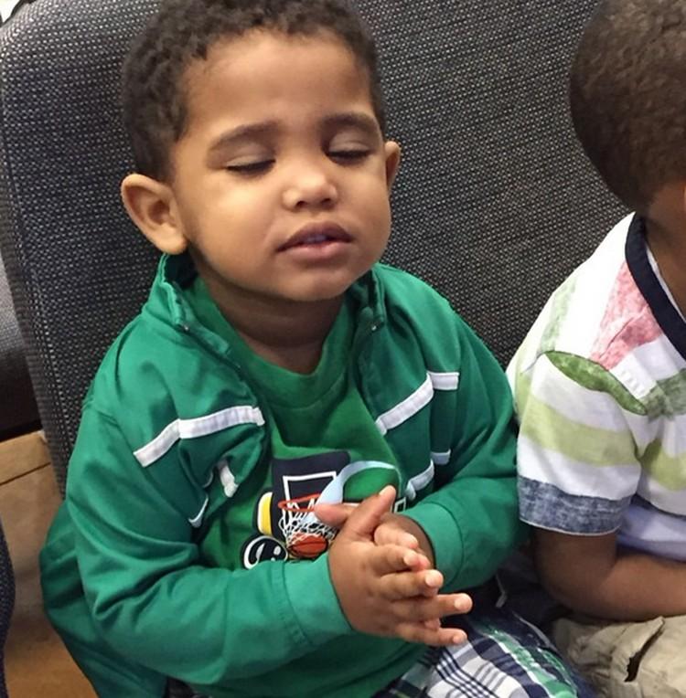 Walau di sekolah, anak ini tetap serius kok berdoanya, Bun. Good job, Nak! (Foto: Instagram/@chrystalbernard)