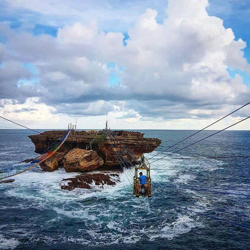 Salah satu atraksi andalannya adalah gondola ke Pulau Timang. Di mana biayanya untuk PP Rp 150 ribu (mkhazmann/Instagram)
