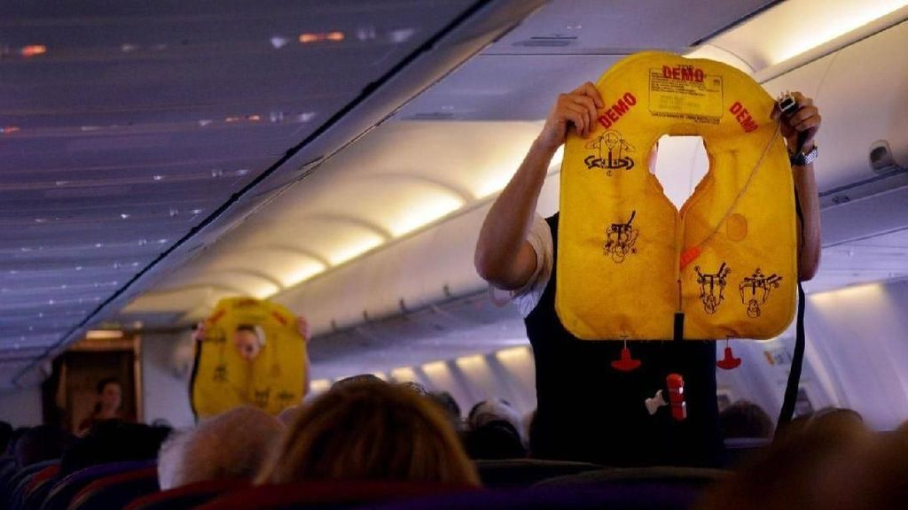 Kronologi Pesawat Batal Terbang Karena Penumpang Mainin Pelampung