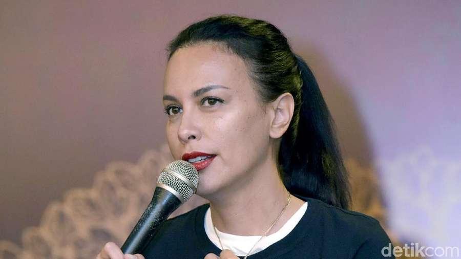 Sophia Latjuba Pamer Pinggang Ramping