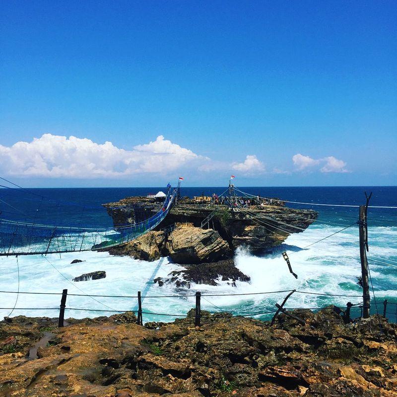 Pantai Timang berlokasi di Tepus, Kabupaten Gunungkidul, DI Yogyakarta. Pantai ini cukup populer di kalangan turis lokal hingga mancanegara (astoneng/Instagram)