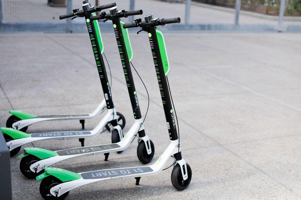 Bagi banyak warga di negara maju seperti Amerika Serikat, kebanyakan warganya lebih memilih berjalan kaki atau menggunakan transportasi umum untuk mengantarkan mereka ke tempat tujuan. Terlebih semakin populernya gaya hidup sehat, kendaraan bebas emisi seperti sepeda dan skuter elektrik banyak diminati oleh masyarakat. Mike Blake/Reuters.