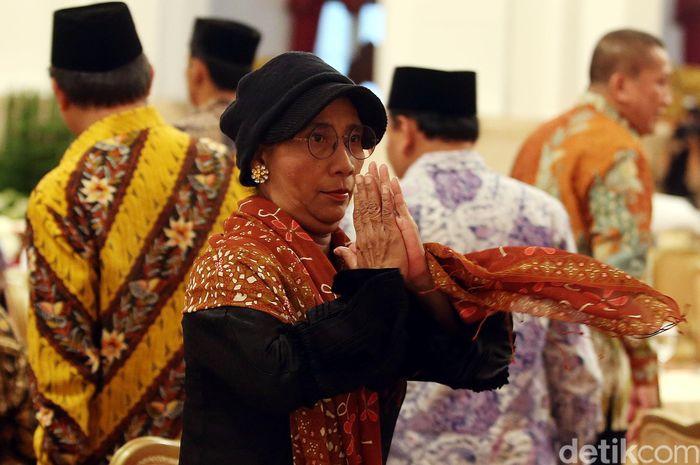 Susi memberikan salam kepada peserta buka puasa bersama di Istana Negara.