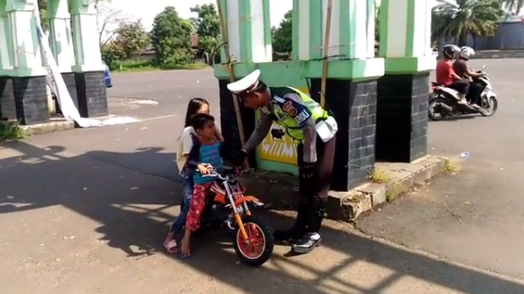 Bocah Naik Motor Kecil, Dinasihati Polisi Malah Kabur