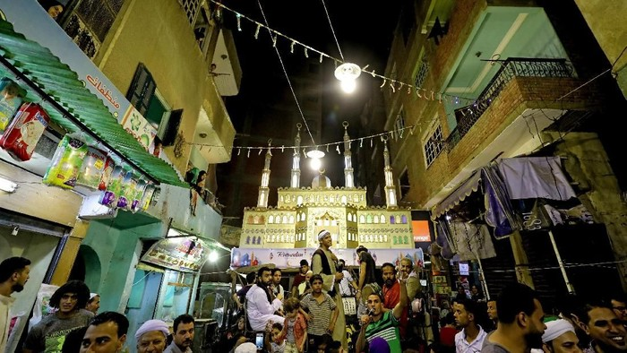 Bulan suci Ramadan kembali datang. Warga muslim dunia menyambut bulan Ramadan dengan suka cita dan berlomba-lomba menabung pahala di bulan suci ini.