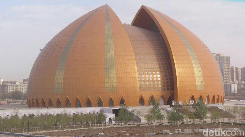 Akulturasi budaya China dan Islam di Jalur Sutra menghasilkan tarian, busana dan cerita yang mengagumkan. Turis bisa menontonnya di Xinjiang Grand Theatre, Kota Changji, China (Fitraya/detikTravel)