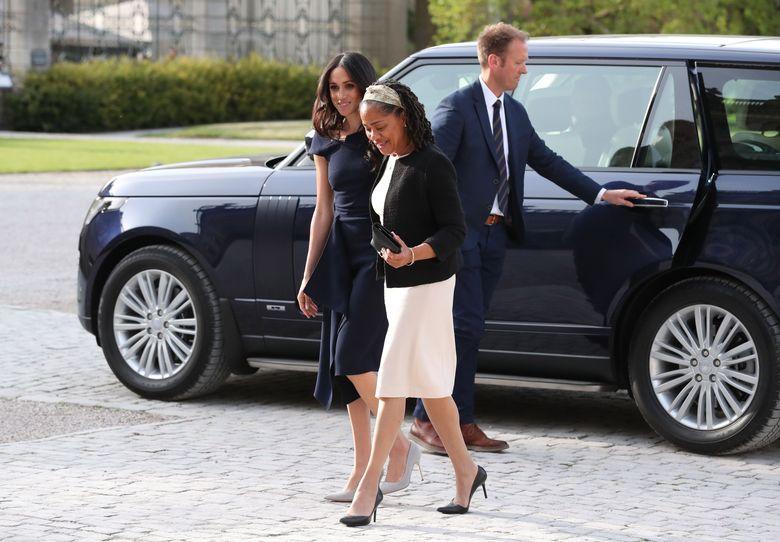 Meghan Markle dan sang ibunda, Doria Ragland tiba di Hotel Cliveden House untuk persiapan Royal Wedding. Foto: (Steve Parsons/Getty Images)