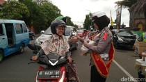 Polisi di Cirebon Bagikan Takjil Gratis Bagi Pengendara
