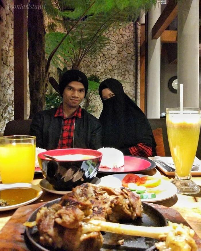 Qari muda bersuara merdu, Muzammil Hasballah bersama dengan sang istri Sonia Ristanti terlihat sedang menikmati makanan enak. Wah sepertinya daging kambing dengan pelengkap jus jeruk ya. Foto: Instagram @soniaristanti