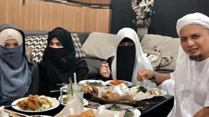 Begini Gaya Ustad Arifin Ilham Saat Bersantap Bareng Tiga Istrinya dan Para Ulama