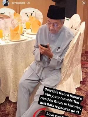 Viral Foto Mahathir Pakai Sandal Rp 40 Ribu dan Beli Baju Diskon