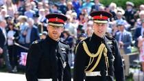 Pangeran Harry dan William Jalan Kaki ke Lokasi Pernikahan