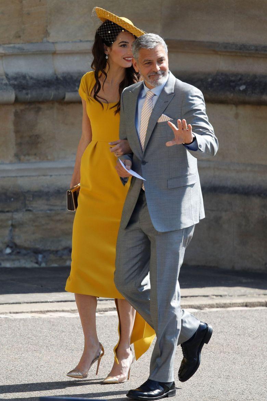 George tampak gagah dengan setelan jas abu-abu sedangkan Amal terlihat menawan dengan dress kuning. Odd ANDERSEN/Pool via REUTERS