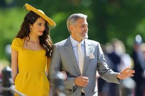 9 Bukti Kalau Amal Clooney Doyan Minum dan Makan Enak
