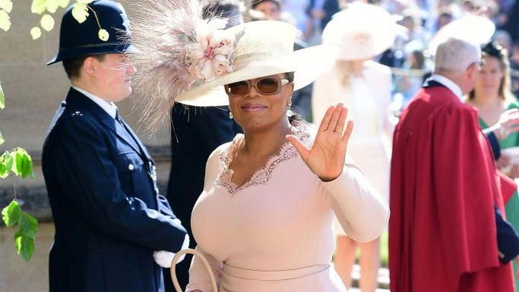 Hadiri Pernikahan Pangeran Harry-Meghan, Oprah Winfrey Cantik Bergaun Pink