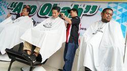 Sandiaga Jajal Keahlian Peserta Kursus Tukang Cukur di Brebes