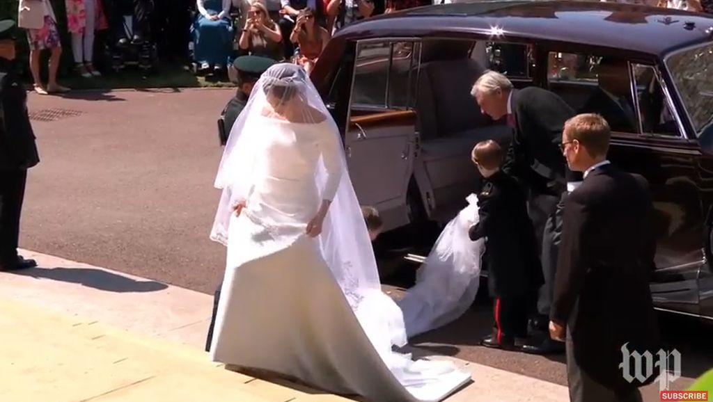 Meghan Markle Anggun Bergaun Pengantin Putih dan Pakai Tiara