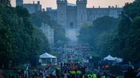 Tampak warga memadati area di sekitar Kastil Windsor sebelum pernikahan Pangeran Harry dan Meghan Markle. Foto: dok.Twitter
