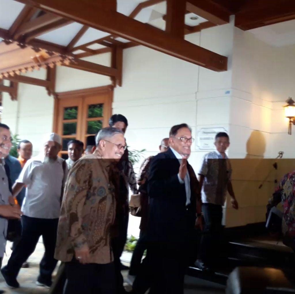 Foto: Momen Kedatangan Anwar Ibrahim di Kediaman BJ Habibie