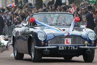 Pangeran William mengendarai Aston Martin.