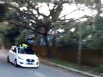 Kata Polisi-TNI soal Polantas Bergelantungan di Atap Mobil