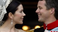 Kerah boatneck atau sabrina pada gaun pernikahan Putri Mary. Foto: Sean Gallup/Getty Images