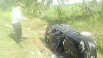 Mobil Ditumpangi Sekeluarga Terguling di Tol Cipali