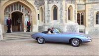 Pangeran Harry menyetir Jaguar Classic E-Type Concept Zero menuju tempat resepsi.