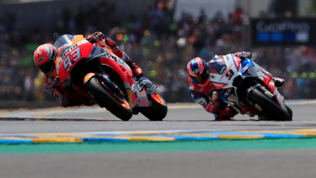 Marc Marquez mengalahkan Danilo Petrucci pada balapan MotoGP Prancis 2018.