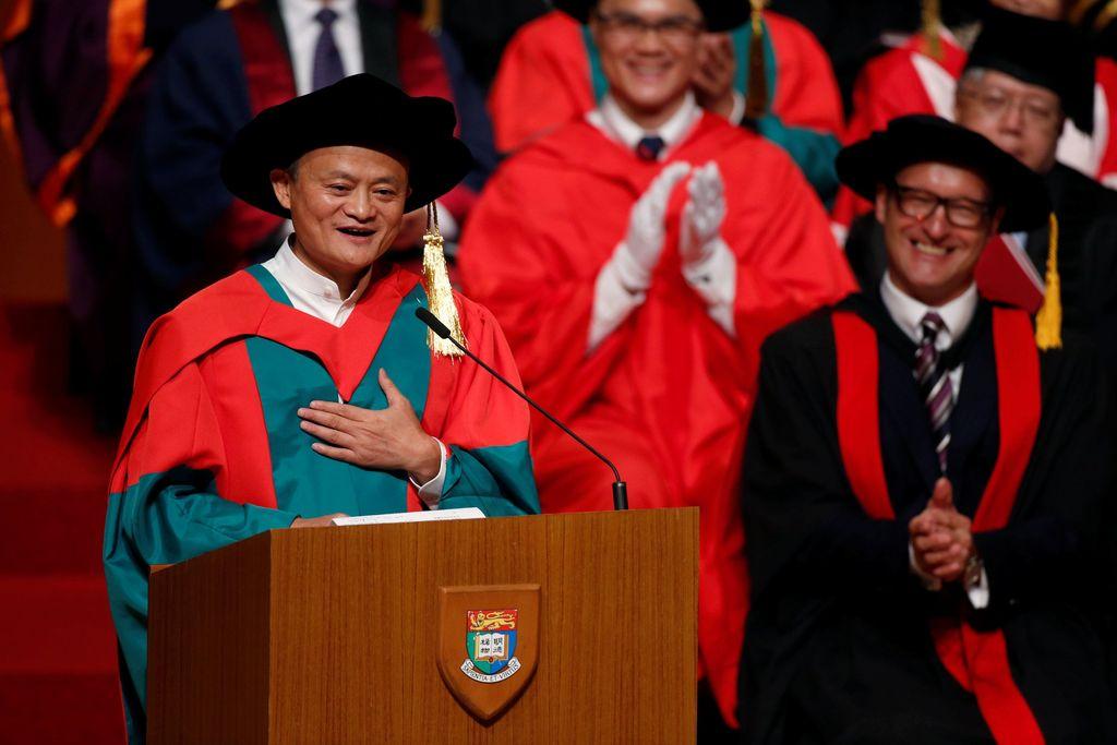 Nah pada 18 Mei, untuk kedua kalinya di bulan yang sama Jack Ma mendapatkan gelar sarjana kehormatan. Adalah University of Hong Kong yang giliran memberinya gelar doktor honoris causa. Foto: Reuters