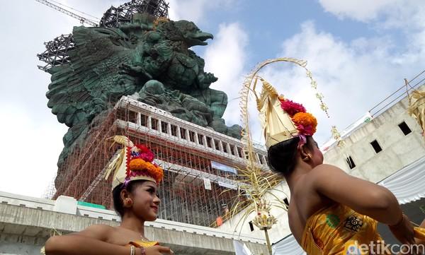 Hal ini tak mengherankan karena patung ini sudah dirintis sejak 28 tahun lalu. Bentuknya begitu rumit dan izin pembangunan GWK sendiri didapatkan I Nyoman Nuarta dari Presiden Soeharto tahun 1993.(Nandhang Astika)