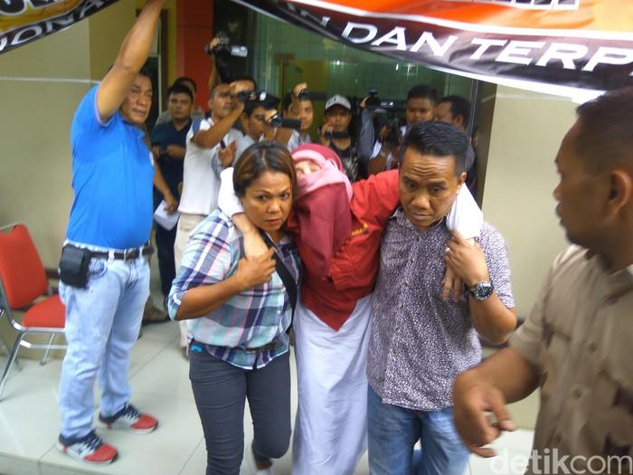 Dosen USU pingsan usai rilis kasus. Foto: Erlangga Resi/detikcom