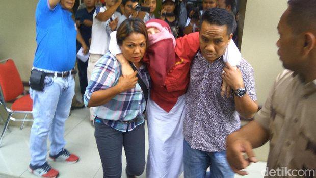 Himma yang menyebut bom Surabaya pengalihan isu pingsan usai dipamerkan di Polda Sumut.