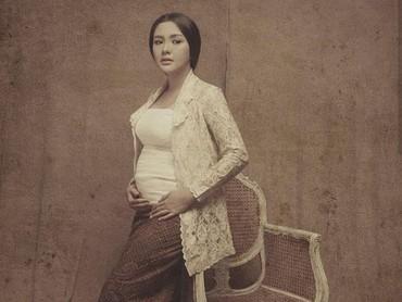 Perempuan Jawa jadi tema maternity photo shoot yang dilakukan Vicky Shu bersaama Rio Motret beberapa waktu lalu. Klasik banget nih. (Foto: Rio Motret/ Instagram @vickyshu)