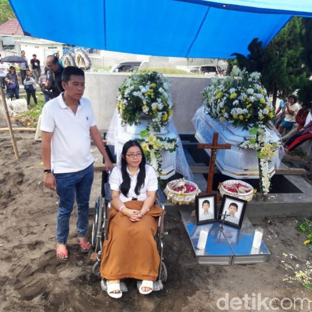 Video Pemakaman Kakak Beradik Korban Bom Gereja Surabaya