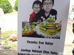 Air Mata Menetes Saat Jenazah Korban Bom Evan-Ethan Dimakamkan