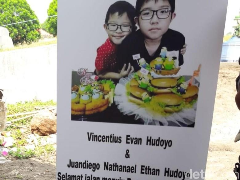 Air Mata Menetes Saat Jenazah Korban Bom Evan-Nathan Dimakamkan