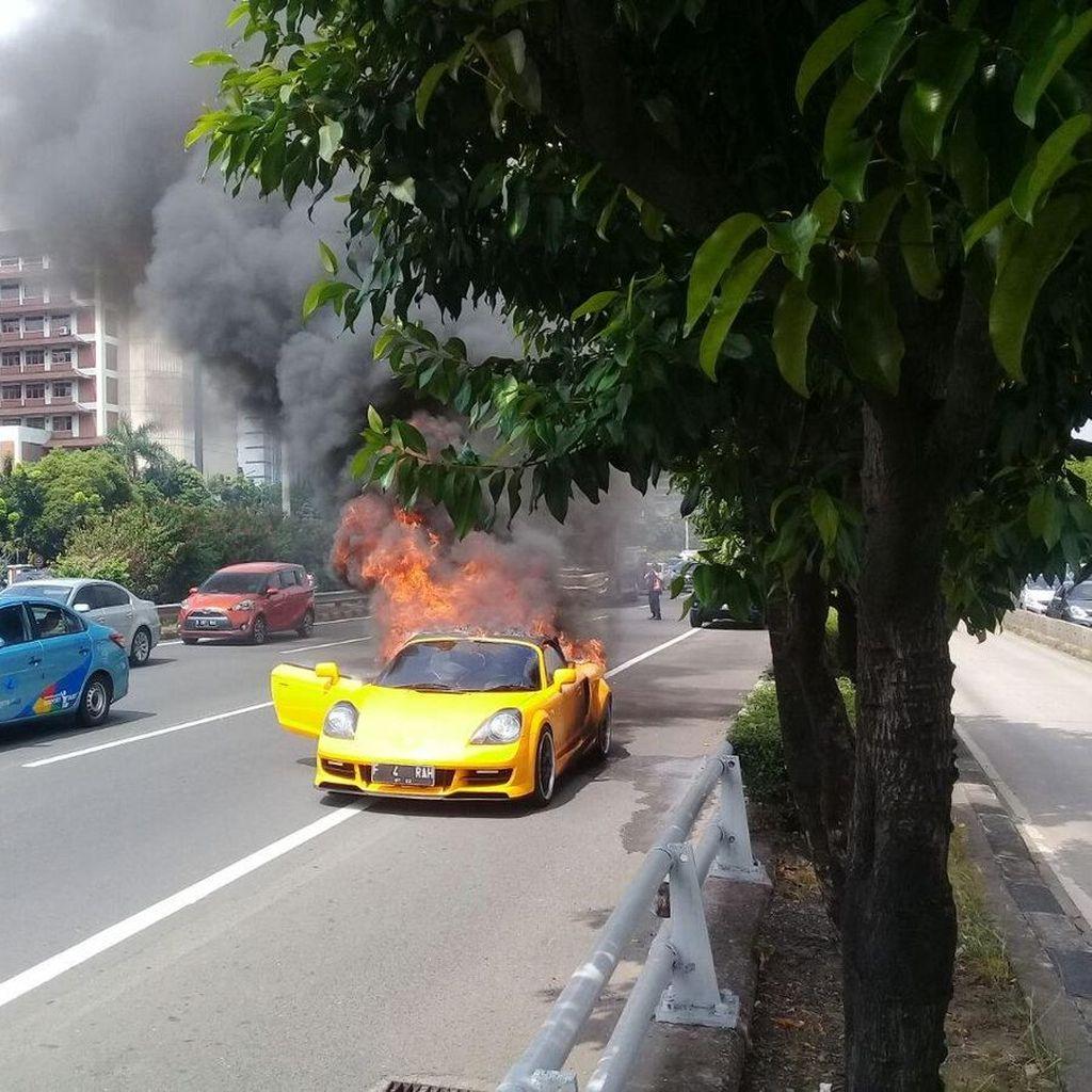 Polisi Selidiki Penyebab Mobil MR2 Spyder Terbakar di Tol Slipi