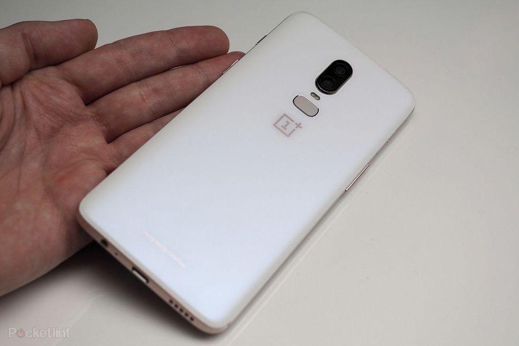 Dua warna reguler OnePlus 6 adalah Midnigh Black dan Mirror Black. Nah, ternyata warna Silk White merupakan edisi khususnya. Foto: Pocket Lint