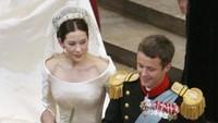 Saat menikah dengan Pangeran Frederik, Putri Mary mengenakan gaun bergaya sabrina. Foto: Sean Gallup/Getty Images