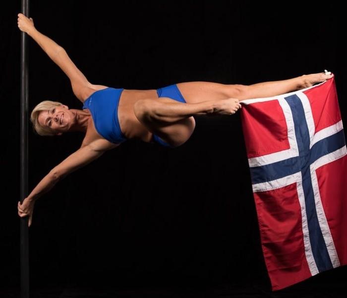 Nah, kalau yang ini benar-benar seorang wanita yang membawa bendera, sambil melakukan human flag. (Foto:instagram/herdisjenssen_poledancer)