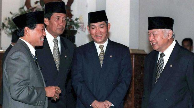 Harmoko (kiri) yang pernah menjadi Menteri Penerangan adalah salah satu tangan kanan Soeharto